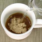 カップに熱湯を注ぐ