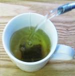 カップに1パックを入れて熱湯を注ぐ