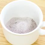 カップにココア乳糖を入れる
