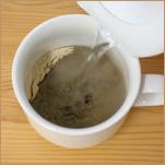飲む黒ごまをカップに入れて、熱湯を注ぎます。