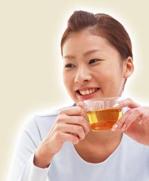 よもぎ茶を飲む